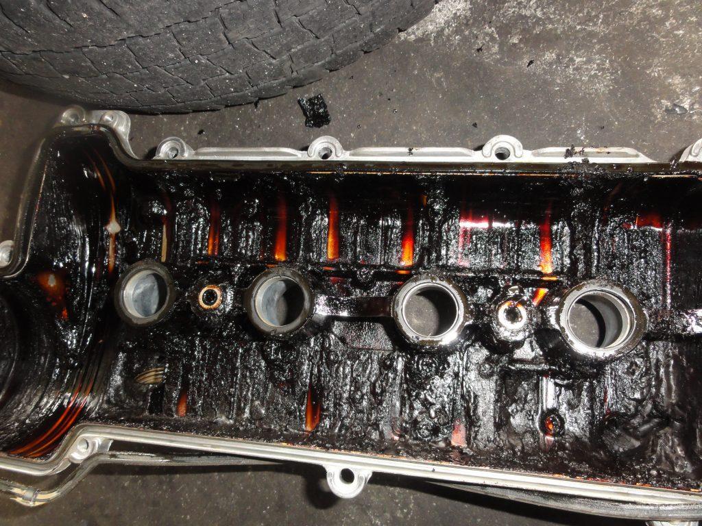 エンジンオイルを交換しないと劣化したオイルのカーボンでエンジン火災の可能性があります